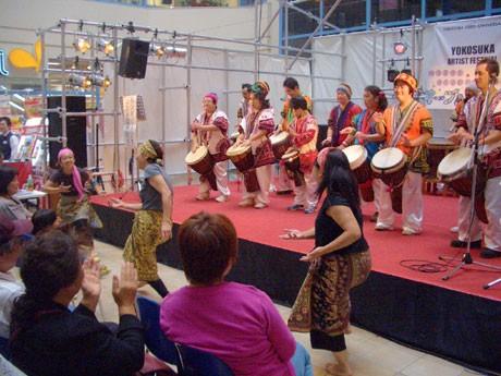 市民活動サポートセンターのオープンデーで、ダンス・パフォーマンスを行う市民団体