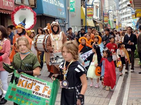 横須賀・本町どぶ板通りで、仮装した日米の子どもたち300人がハロウィンパレード