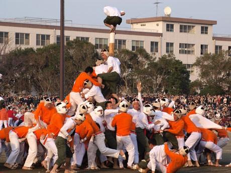 防大の伝統競技「棒倒し」。攻めるオレンジシャツ(第4大隊)に対して、守りの白シャツ(第1大隊)が棒を守りきって優勝した。