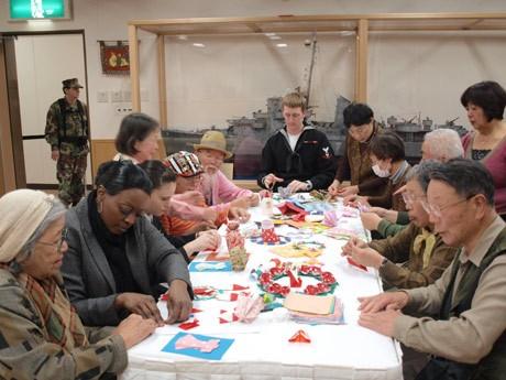 米海軍横須賀基地内に「日米文化交流センター」が開設。20日に開催された初の交流イベントには地元市民・米軍関係者ら約20人が集まった。