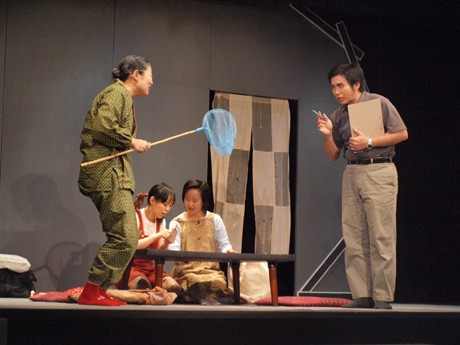 劇団・河童座による「ザ・シェルター」の舞台シーン。核シェルターに閉じ込められた近未来の家族模様を描いた作品。