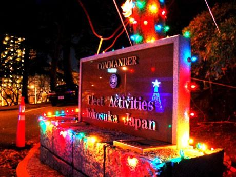 米海軍横須賀基地のクリスマス・イルミネーションを公開するほか、艦隊イルミネーション、米空母GWの一般公開も行われる。