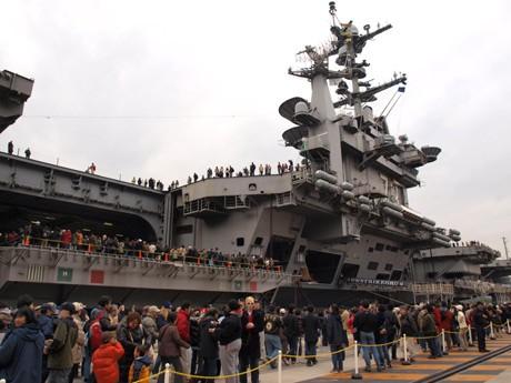 米海軍横須賀基地で米空母「ジョージ・ワシントン」が一般公開され、約2万人が集まった。