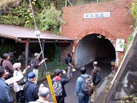 横須賀市内の古いトンネルを訪ね歩く「横須賀隧道めぐり」ツアー。写真は1933(昭和8)年に作られた「向坂隧道」を見学する参加者たち。