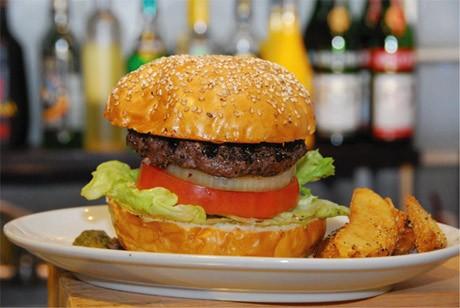 1年間で10万食を突破した「ヨコスカネイビーバーガー」