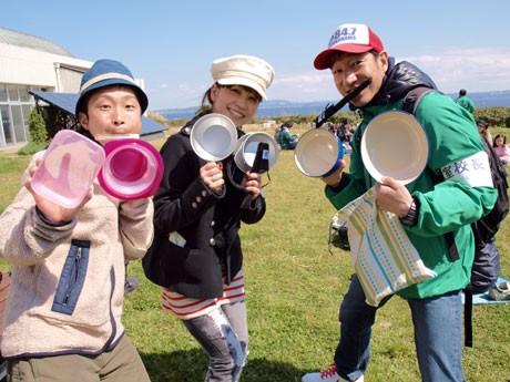 FMヨコハマ「自然教室Vol.2」に参加した番組レポーターの穂積ユタカさん(左)、DJの「MITSUMI」さん(中央)、藤田優一さん(右)もマイカップ・マイ箸持参。