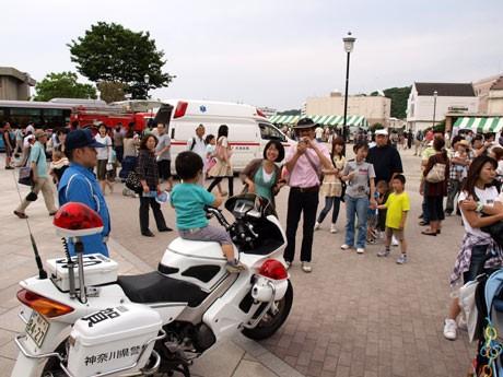 家族連れでにぎわった「YYのりものフェスタ2010」。ヴェルニー公園では、白バイにまたがって記念撮影するコーナーに長い行列ができた。