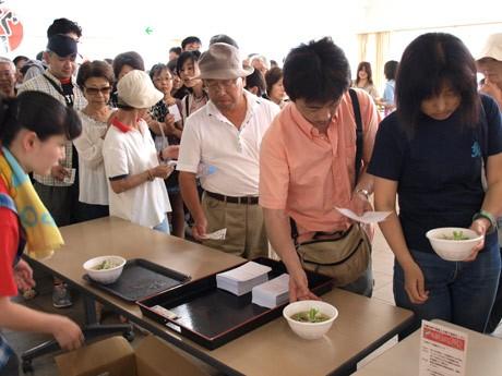 「三崎まぐろラーメン」新メニューが披露され、1,000人試食会に長い行列ができた