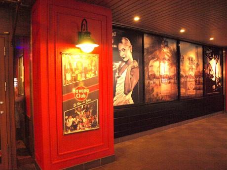 店の内外を黒と赤のイメージで演出したラテン系ミュージックバー「ハバナクラブ」
