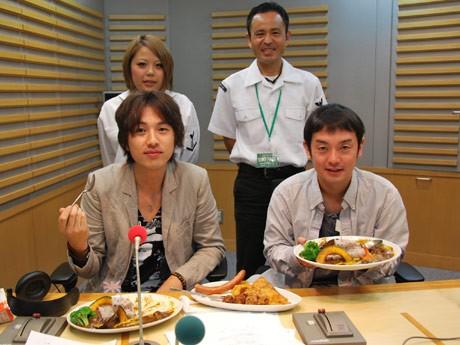 ニッポン放送のスタジオで行われた「すこやか軍艦カレー」試食会。前列左から「ゆず」の北川悠仁さん、岩沢厚治さん、後列「YOKOSUKA SHELL」の鬼束優美さん、山口晴久さん。