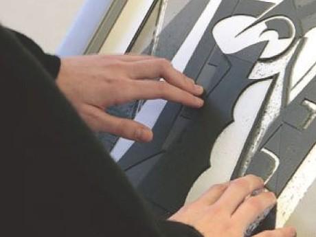 視覚障害者が触覚を通じて絵画を鑑賞する実践例を紹介。「手で見る絵画 ~パリ・ポンピドゥーセンターの実践」福祉講演会。