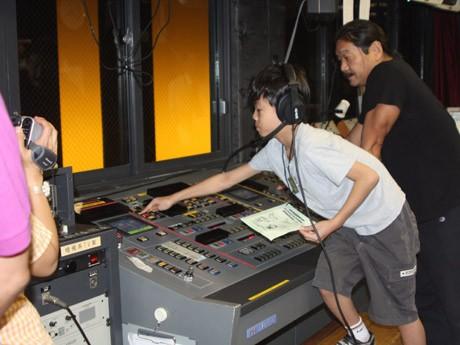 劇場の舞台裏を見学し、実際に装置を動かすこともできる「劇場裏側探検ツアー」