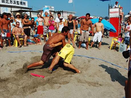 砂浜を舞台に行う「ビーチ相撲」は、波乱続出の大会