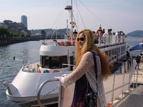 「軍港めぐり」乗船回数300回以上という金髪女性サポーター・ミカさん。サポーターズブログ「ふりかけ日日日報」をほぼ毎日更新している。