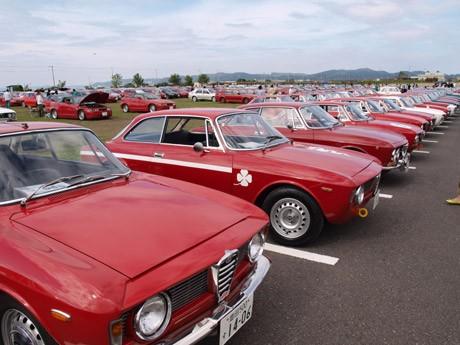 横須賀・ソレイユの丘に、全国各地から400台超のアルファロメオが集まった「A.L.F.A.100周年記念イベント」。