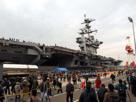 米海軍横須賀基地で一般公開された米空母「ジョージワシントン」(2009年12月)