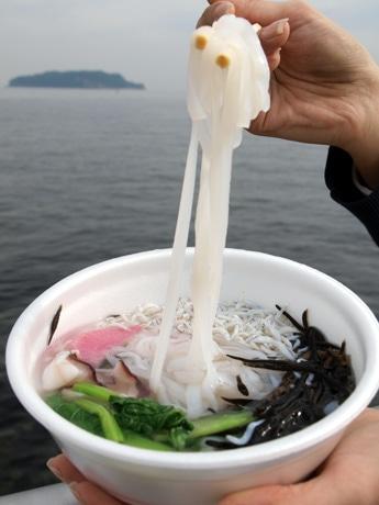 横須賀中央の若手飲食店グループが開発した新メニュー「YOKOSUKA海鮮ヌードル」。佐島名産・釜揚げしらすのゆで汁を使ったスープが特徴