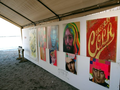 かねよ食堂の砂浜に設置された特設スペースで、グループアート展