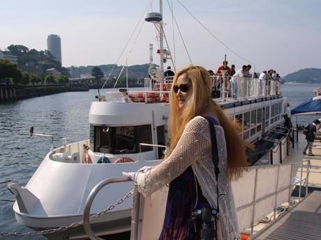 「軍港めぐり乗船回数300回超」という金髪女性サポーターの記事が話題を呼んだ