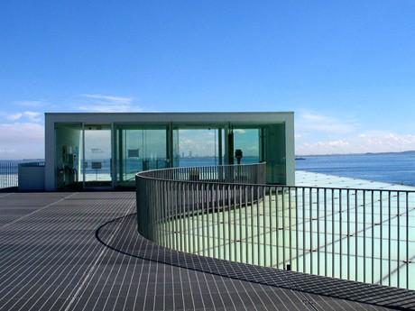 「横須賀美術館」からは、東京湾を通過する客船や貨物船が見え、「恋人の聖地」としても知られる。