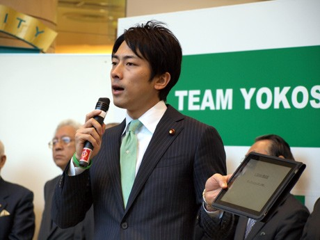 iPadを使って「TEAM YOKOSUKA」の説明をする小泉進次郎議員