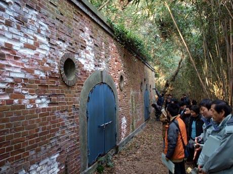 走水水源地の裏山にひっそりと残る「市営覚栄寺裏山貯水池」(明治41年完成)。普段は非公開の歴史的な水道施設。