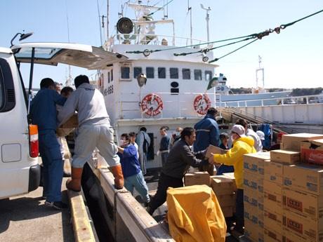 三崎港で救援物資を積み込み、被災地の宮城・気仙沼港へ向かうまぐろ漁船「第11八幡丸」