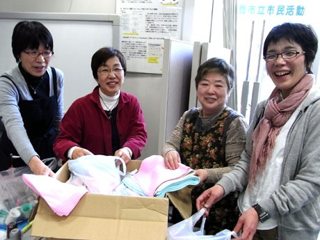 東北の被災地へハッピー腹巻を作って送る「衣生活ネット花」のメンバー