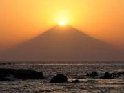 横須賀西海岸・久留和から撮影した「ダイヤモンド富士」(4月13日17時58分 撮影=広田行正)