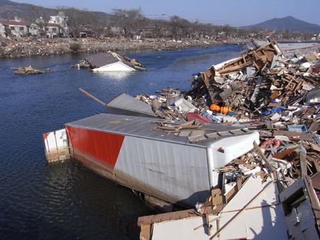 水没した家屋やトラックなどが残されたままの被災地・気仙沼市(4月13日撮影)