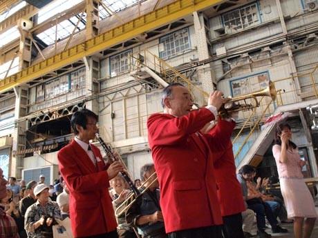 産業遺産「浦賀ドック」跡地で、復興支援ジャズライブ。広大な造船工場内にジャズの音色が響き渡った