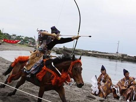 三浦一族のお家芸として知られる「笠懸(かさがけ)」