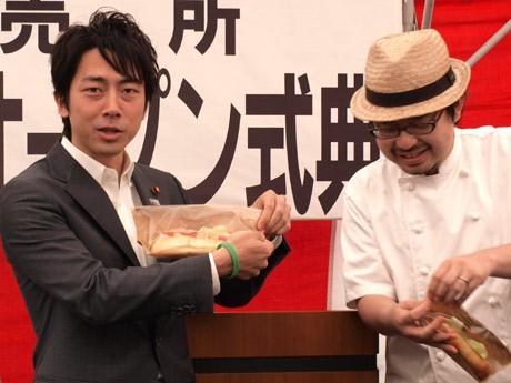 地元愛を強調し、横須賀産食材をコラボした「すかなごっサンド」を紹介する小泉進次郎・衆議院議員