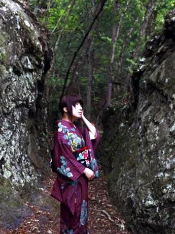 「トンネル萌え」の女性ナビゲーター・トリさん。廃道をバックに着物姿で写真撮影することも