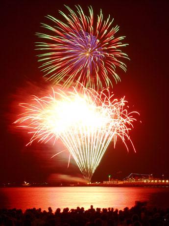 東北の被災地復興への祈りを込めて行われた「久里浜ペリー祭花火大会」