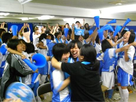 「なでしこジャパン」の勝利を喜び合う湘南学院高校女子サッカー部の部員たち