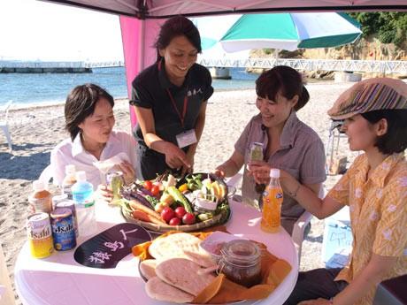 三浦半島産の食材を提供する「ヨコスカBBQ」。女子会セットでは、現地スタッフにお任せコースも