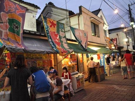三崎下町商店街を漁船ランプでライトアップする「みうら夜市」