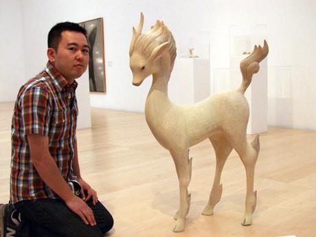 横須賀美術館に展示された彫刻作品「麒麟(きりん)」と出品作家の土屋仁応さん