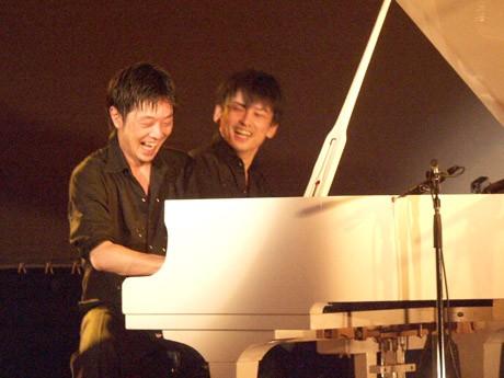 独自の連弾スタイルで演奏する兄弟ピアノデュオ「レ・フレール」