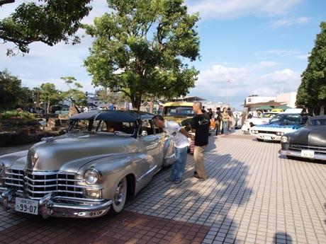 1950年代のキャデラックやコルベットなど、ノスタルジックなアメリカ車が集まった