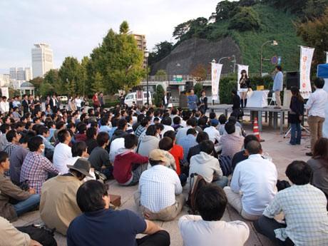 汐入・ヴェルニー公園の「たまゆらトークショー」には、大勢のアニメファンが集まった