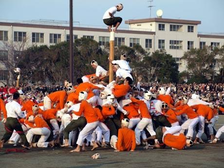 旧海軍兵学校時代から続く、伝統の「棒倒し」競技が人気イベント