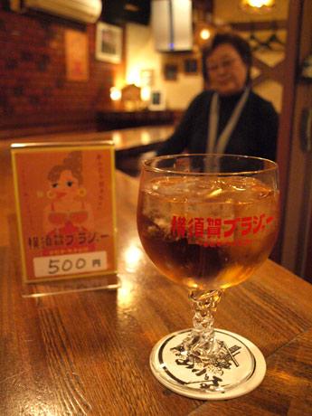 若松マーケットの公認カクテル「横須賀ブラジャー」。創業55年の老舗スナック「山小屋」で
