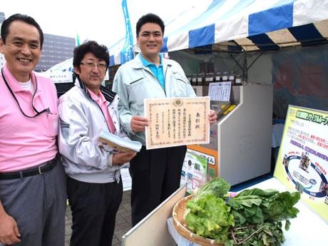 「よこすか産業まつり」でヤサイクル事業をPR。横須賀軽金の小野社長(写真右)と同スタッフ