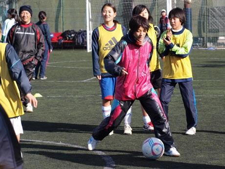 横須賀シーガルズの女子中学生チームと「初蹴り」を楽しむ近賀ゆかり選手