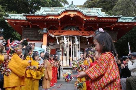 5歳~12歳までの少女らが舞を奉納する伝承芸能「チャッキラコ」