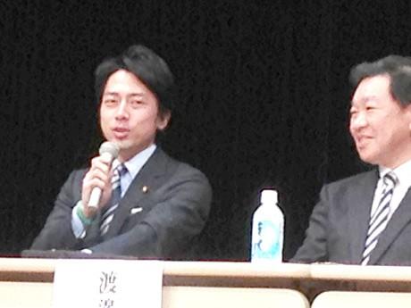 まちづくりフォーラムで発言する小泉進次郎・衆議院議員(左)