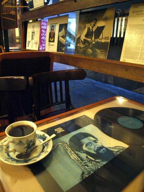 半年ぶりに復活、移転営業を始めた老舗ジャズ喫茶「ブルーノート ヨコスカ」の店内
