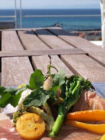 海辺のテラスで味わう「三浦野菜の石釜焼き」など地産地消ランチが好評